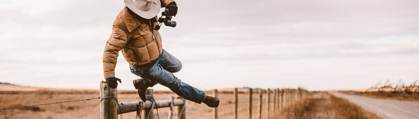 Rancher jumps over barbed wire fence to get to road